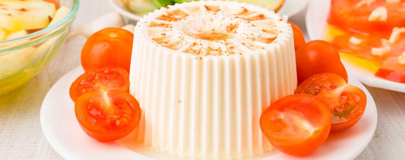 plato de queso fresco con tomates cherry