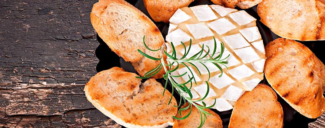 Queso camembert con pan tostado