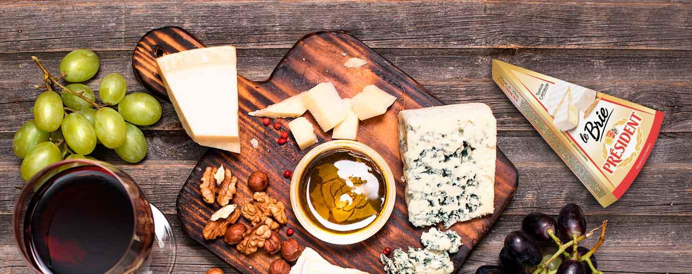 Tabla de quesos, vino y uva