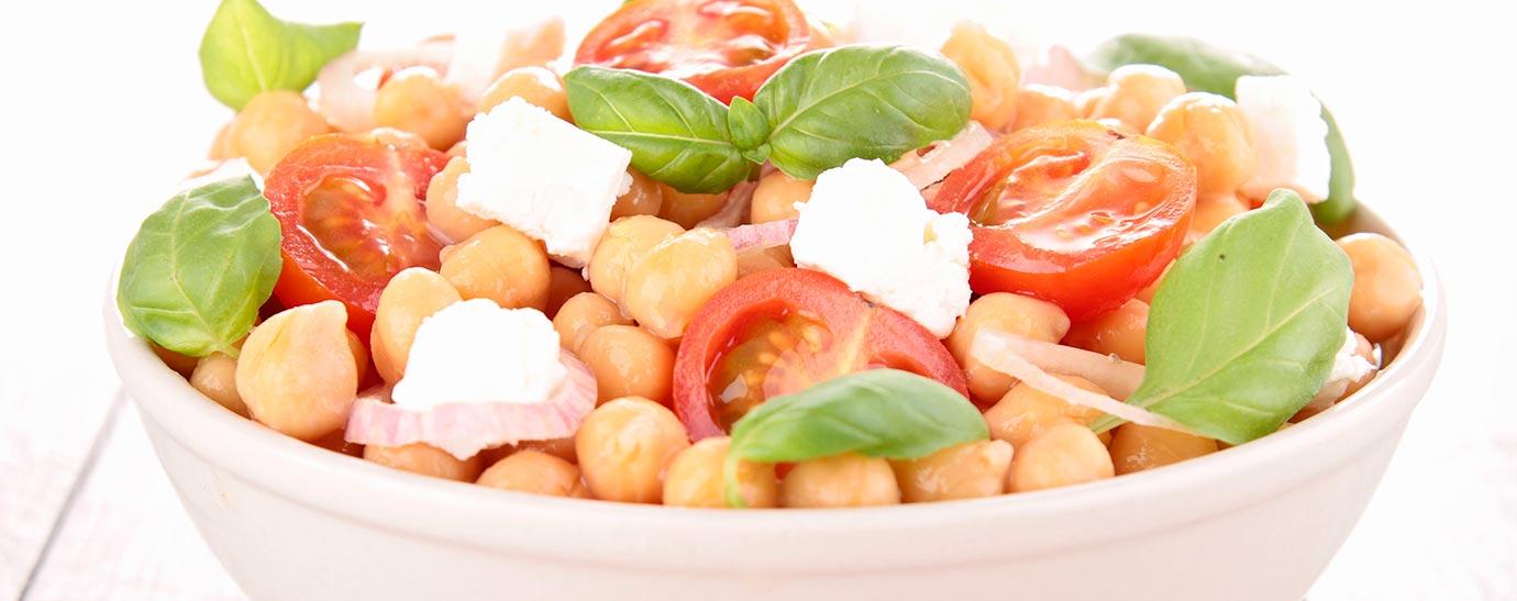 Ensalada de garbanzos con queso, tomates cherry y albahaca