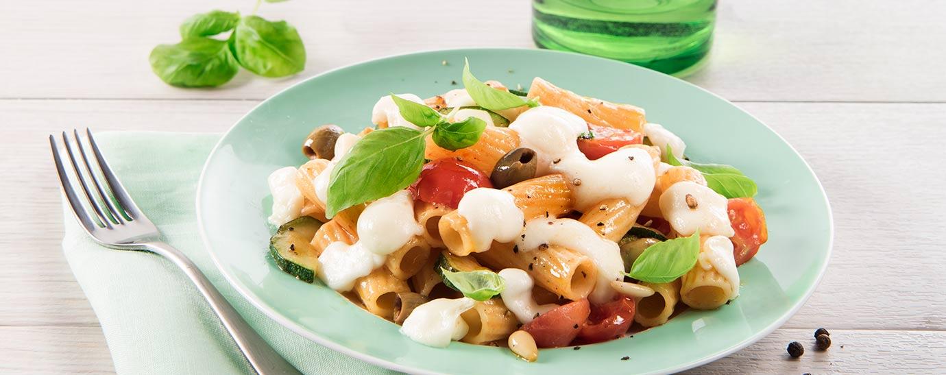 Plato verde con ensalada de pasta y mozzarella Galbani
