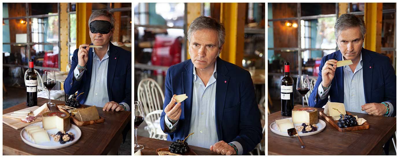 Javier Munárriz catando queso de Flor de Esgueva junto con una copa de vino de Ramón Bilbao