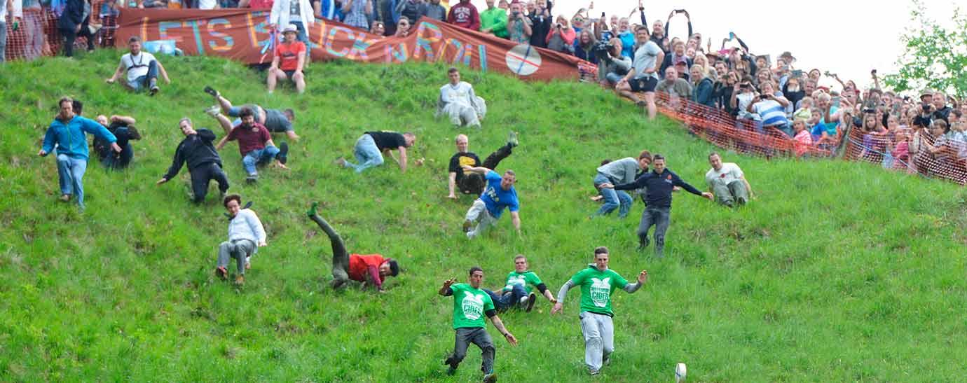 corredores bajando la colina en el festival del queso rodante