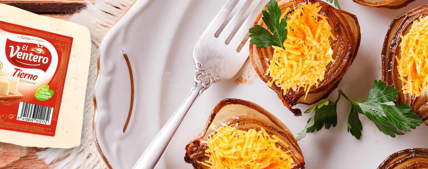 Mitades de cebollas asadas sobre un plato decorado y cuchara.
