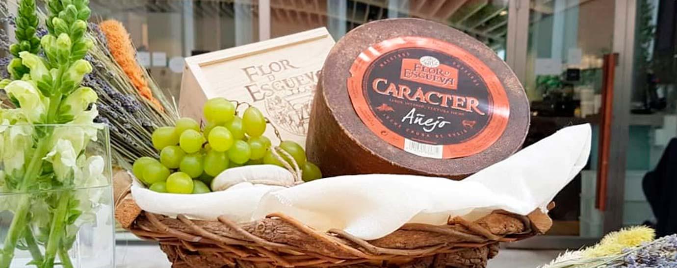 Bodegón con rueda de queso Flor de Esgueva Carácter y frutas