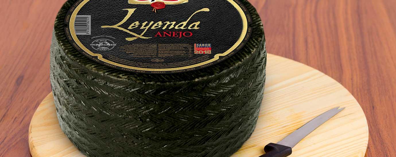 Rueda de queso Gran Capitán Leyenda sobre una tabla con un cuchillo