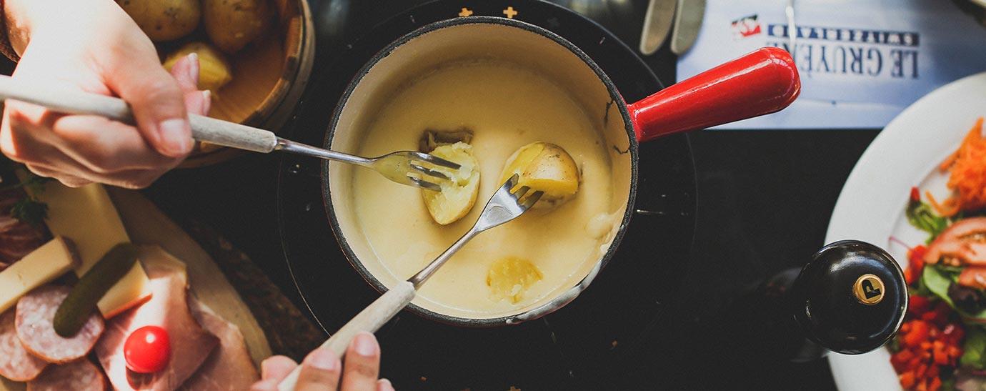 Fondue de queso acompañado con pan tostado