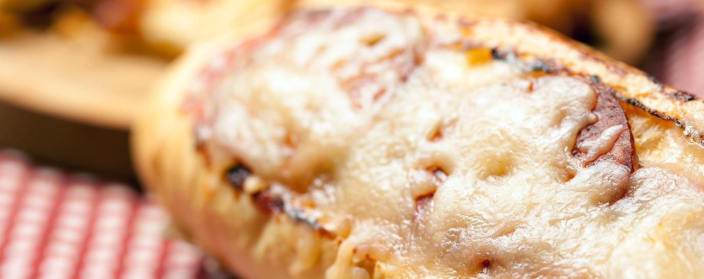 Plato con tostas de queso y salami