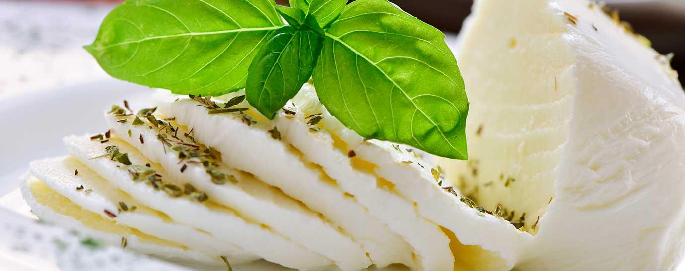 rodajas de mozzarella con albahaca y salsa pesto